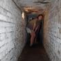 Nieco niskim korytarzem można już wyjść bezpiecznie na zewnątrz.