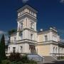 Elegancja i styl charakteryzuje ten eklektyczny budynek, gdzie mieścił się niegdyś Zarząd Wodny Kanału Augustowskiego.