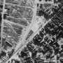 Zdjęcie lotnicze z okresu okupacji. Ratusz nie istnieje, a kamienice wokół rynku są mocno zrujnowane.