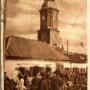 Ratusz z charakterystycznymi straganami wokół niego na pocztówce wydanej w okresie niemieckim około 1917r.