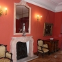 Wnętrze letniej rezydencji Branickich- pokój Jaśnie Pani. Jednym z niewielu zachowanych oryginalnych eksponatów jest widoczna tu żeliwna płyta komionkowa z herbem GRyf i Ciołek.