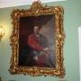 Portret Jana Klemensa Branickiego oprawiony w bogate ramy godne tego dostojnika. Niestety sam obraz jest kopią oryginału, który jak wiele innych prawdopodobnie zaginął.
