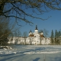 Boczne spojrzenie na klasztor w zimowej otulinie.
