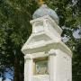 Przycerkiewna kapliczka umieszczona na okalającym świątynięmurze.