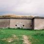 W tym betonowym schronie znajduje się czynne wejście do podziemnych korytarzy prowadzących do innych obiektów fortu.