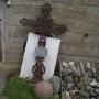 Krzyż żeliwny z huty sztabińskiej hr.Brzostowskiego i kule armatnie wydobyte z terenu grodziska.