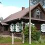 Kraina Otwartych Okiennic. Drewniana zabudowa poniżej rzeczki Rudni w części wsi Soce zwanej Mokrawy.