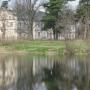 Mordy - zabytkowy pałac, widok przez staw