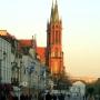 Katedra od ulicy Lipowej w jesiennym słońcu.