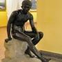 W holu muzeum wita nas rzeźba Hermesa, boga kupców, wędrowców, wynalazców, złodziei i podróżujących.