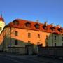 Na pierwszym planie budynek dawnego klasztoru dominikanów.
