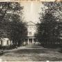 Miejsce bogatego założenia ogrodowego, zajęły w czasach carskich bezładnie posadzone drzewa i jeszcze w okresie międzywojennym (jak to widać na zdjęciu) zasłaniały piękną elewację ogrodową pałacu. Ze zbiorów Muzeum Historycznego w Białymstoku.
