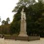 Stojący w centralnym punkcie parku pomnik ku czci poległych żołnierzy 42-go Pułku Piechoty w czasie wojny polsko- sowieckiej w 1920 roku.