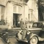 Po zajęciu 17 września 1939 r wschodnich terenów Polski przez wojska sowieckie, w białostockim pałacu miało miejsce spotkanie dowódców tej armii z ich ówczesnymi hitlerowskimi sojusznikami. Zdjęcie dokumentuje to tragiczne dla naszej historii wydarzenie.