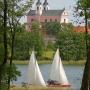 Pływając po Wigrach możemy podziwiać pokamedulski zespół klasztorny.