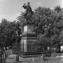 Zdjęcie pochodzi z lat siedemdziesiątych XX wieku, kiedy to cały rynek był parkiem, a pomnik stał wśród zieleni.
