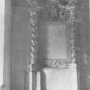 Fragmenty dekoracyjne pałacu. Ołtarz w kaplicy. Zdjęcie pochodzi z książki