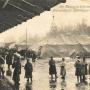 Żołnierze niemieccy na obecnym Dworcu Fabrycznym, gdzie wówczas (w 1916r)mieściły się magazyny wojskowe. W oddali ówczesna cerkiew p.w. Kazańskiej Ikony Matki Bożej. Ze zbiorów Muzeum Historycznego w Białymstoku.