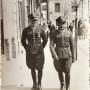 Oficerowie z 42 pp przed Pałacykiem gościnnym Branickich, w którym od 1934r mieściła się restauracja