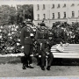 Żołnierze z 42 pp na Plantach. Za nimi budynek Sądu przy ul. Mickiewicza.