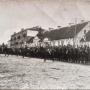 4 Pułk Ułanów Zaniemeńskich z Wilna bierze udział w wielkim wydarzeniu 22 lutego 1919r - Uroczystym wejściu Wojsk polskich do wyzwolonego Białegostoku. Za ułanami widoczny klasztor.