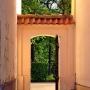 Niepozorne przejście prowadzące do ogrodowej części kompleksu pałacowego, o zachodzie przeobraża się w bramę do tajemniczego ogrodu.