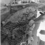 Widok na zrujnowaną klatkę schodową, stan z 1945 r. Fotografia wykonana przez arch Wł.Paszkowskiego.