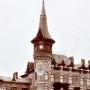 Główna wieża pałacu carskiego z widocznym herbem Białowieży oraz koroną carską nad nim. W okresie międzywojennym pojawi się w tym miejscu Godło Polski. Ze zbiorów Jana Murawiejskiego.