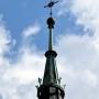 Ukoronowana główna wieża kościoła.