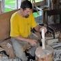 Będąc w warsztacie u Pana Mieczysława można zobaczyć jak powstaje zwykła łyżka. Już od początku widać jak wprawne ręce z niezwykła perfekcją usuwają zbędne fragmenty z kawałka polana.