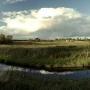 Idąc wzgórzem na północ ujrzymy rzekę Supraśl, za nią łąki-kiedyś zalane wodą tereny podgrodzia. Z lewej widać mostek przez który starą XVI wieczną groblą dotrzemy do widocznych Zarzeczan.