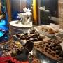 W gablocie umieszczone są różne ciekawe wyroby ze szlachetnych kamieni i bursztynów. Choć nie wszystkie pochodzą z Suraża to reprezentują one wyroby sprowadzane drogą wodną z Gdańska, do którego to z portu nad Narwią przewożono na wymianę artykuły wytworzone w Surażu.