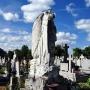 Pochylony anioł nad grobem jest przykładem rzeźby nagrobnej z XIXw.