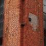 Jeden z kilku pocisków artyleryjski wmurowany w wieżę kościoła na pamiątkę bombardowań dokonanych podczas obu wojen światowych.