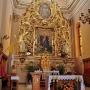 Barokowy ołtarz główny z lat 1720-1740 jest, rekonstrukcją wykonaną w 1962 roku.
