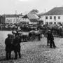 Duży kwadratowy rynek, powstały w XVIII w wg planów podskarbiego litewskiego Antoniego Tyzenhauza, okalało siedem kamienic i kilka manufaktur. Jedna z zachowanych kamienic to widoczne na pierwszym planie obecne Muzeum Ziemi Sokólskiej.