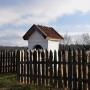 Malownicza kapliczka to pierwszy obiekt widoczny przy drodze do gospodarstwa agroturystycznego.
