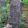 Jedna z macew na cmentarzu żydowskim w Narewce. Fot. Przykuta. Wikimedia Commons.