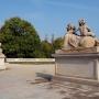 Główną alejkę parku francuskiego strzegą dwa sfinksy. Sfinksy z puttami to oryginalne rzeźby Jana Chryzostoma Redlera z 1752 roku.