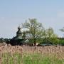 Ponad trzcinami widoczna jest zbudowana w 2011 roku cerkiew p.w. Św. Św. Antoniego i Teodozjusza Kijowsko– Pieczerskich.